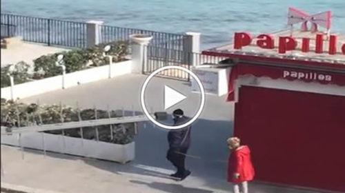 Coronavirus, coppia a Mondello cammina col metro in mano per mantenere la distanza   VIDEO 📹