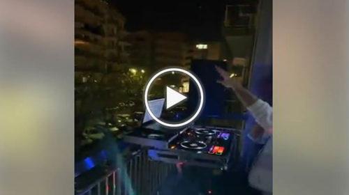 Sabato sera a Palermo, nel balcone con la console e nel quartiere è subito Ibiza 📹 VIDEO