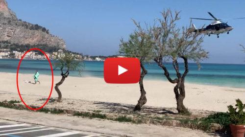 Coronavirus, prende il sole sulla spiaggia di Mondello: l'intervento dell'elicottero dei carabinieri | VIDEO 📹