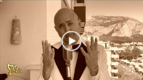 """Striscia la Notizia, Sasà Salvaggio reinterpreta Modugno dal suo balcone: """"Dopo la quarantena non è andato bene niente""""   VIDEO 📺"""