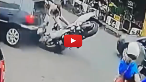 Incidente a Palermo, moto si schianta su un auto: le drammatiche immagini 📹 VIDEO