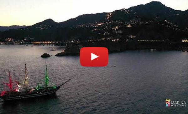 L'emozionante omaggio della Marina Militare a Ennio Morricone mentre l'Amerigo Vespucci veleggia sulla Sicilia 📹 VIDEO