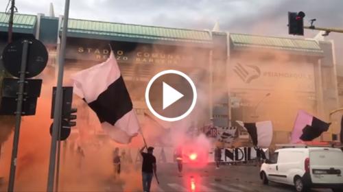 Il Palermo rientra in città, grande accoglienza da parte dei tifosi 📹 VIDEO