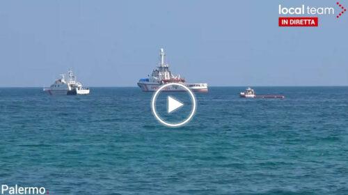 🔴 Palermo, nuovi migranti si buttano in mare dalla Open Arms per raggiungere la costa| DIRETTA VIDEO 📹