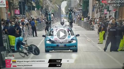 Palermo – Giro d'Italia, Miguel Angel Lopez cade sul rettilineo e si schianta contro le transenne 📹 VIDEO