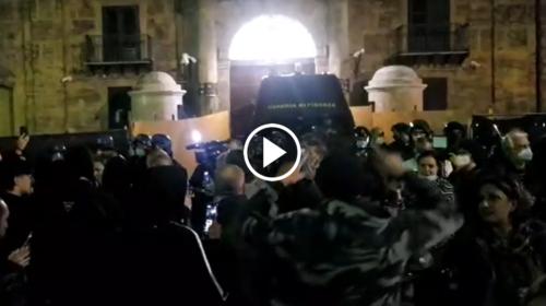 Palermo, ristoratori in corteo contro il coprifuoco: proteste davanti il palazzo della Regione – VIDEO