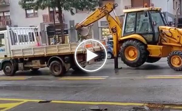 Si rompe tubo in via Notarbartolo, operai al lavoro e traffico impazzito – VIDEO