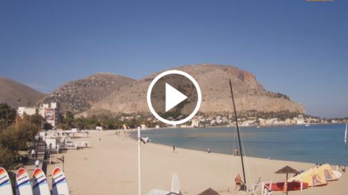 Domenica di sole tra i divieti a Mondello: le immagini IN DIRETTA dalla spiaggia – VIDEO