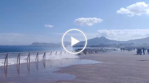 """Mareggiata """"particolare"""" in atto sul litorale palermitano: le immagini dal Foro Italico – VIDEO"""