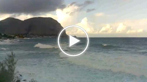 Palermo, mareggiata in atto all'Addaura: le immagini IN DIRETTA – VIDEO