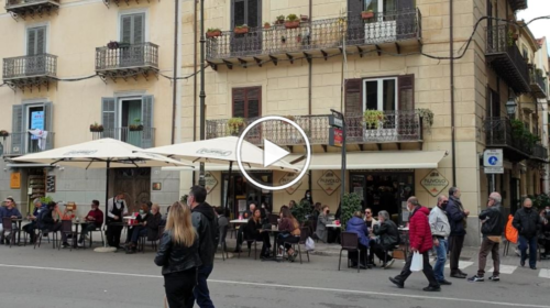 """Domenica in """"zona gialla"""", a Palermo si ritorna in bar e ristoranti, code davanti ai negozi. Le immagini dal centro – VIDEO"""