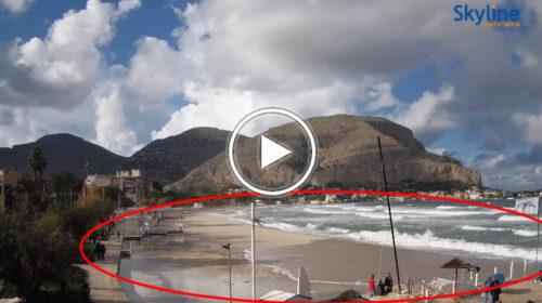 Mareggiata in atto a Mondello, onde lunghe ricoprono la spiaggia | VIDEO