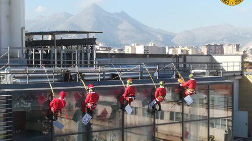 All'ospedale dei bambini di Palermo Babbo Natale arriva dall'alto – FOTO