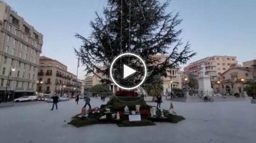 """Palermo, l'albero del Politeama """"cambia"""" ancora, ai suoi piedi oggi spunta un presepe – VIDEO"""
