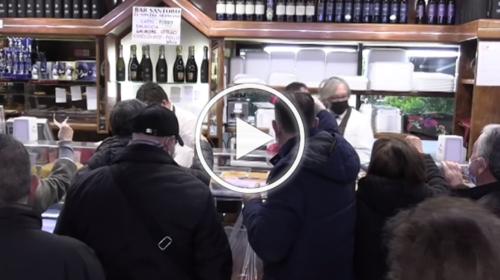Covid e pioggia non fermano la tradizione: a Santa Lucia tutti in coda per comprare arancine – VIDEO