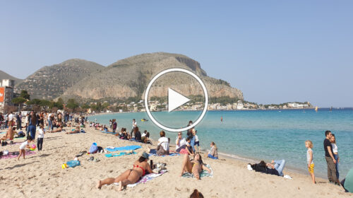 Giornata estiva a Palermo con ben +29°C raggiunti, spiaggia di Mondello presa d'assalto – VIDEO