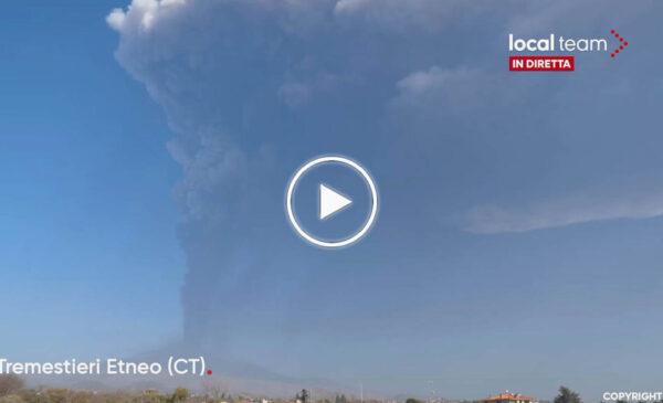 Nuova eruzione in corso dell'Etna: colonna di cenere oscura il cielo – DIRETTA VIDEO