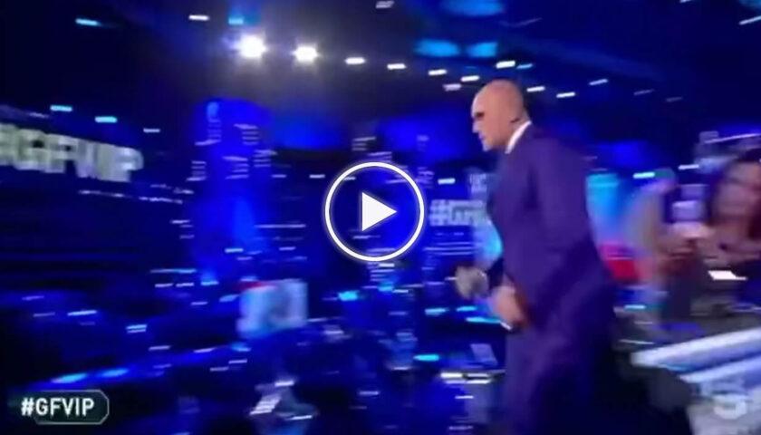 """GF Vip, Alfonso Signorini terrorizzato scappa via dallo studio: """"C'è un topo"""" – VIDEO"""
