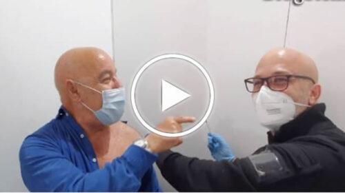 """""""Con il Vaccino finisce sta camurria"""", Marcello il postino ha fatto il vaccino – VIDEO"""