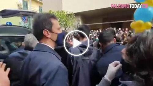 Palermo, tutta la Noce piange il suo barbiere: folla in lacrime per l'ultimo saluto a Gianni Battaglia – VIDEO