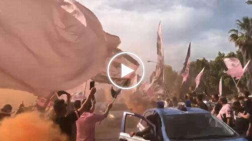 Playoff Palermo-Avellino, arriva il pullman rosanero: i tifosi suonano la carica fuori lo stadio – VIDEO