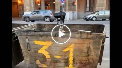 Palermo, monopattino elettrico gettato in un cassonetto dei rifiuti – VIDEO