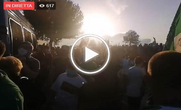 Avellino: i tifosi irpini cantano cori contro il Palermo – VIDEO
