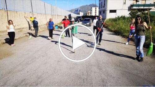Piazza Bandi tra rifiuti: a Brancaccio i ragazzi puliscono la strada – VIDEO