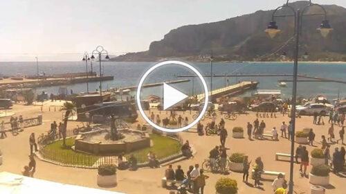 Domenica di sole a Palermo, tante le famiglie in bicicletta: le immagini IN DIRETTA da Piazza Mondello – VIDEO