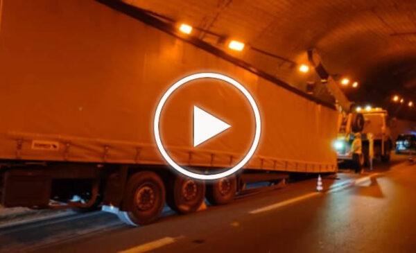 Tir perde il rimorchio in galleria, traffico in tilt sulla Palermo Messina – FOTO e VIDEO