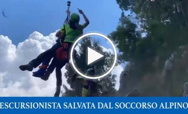 Si infortuna durante escursione in montagna, salvata dal soccorso alpino – VIDEO