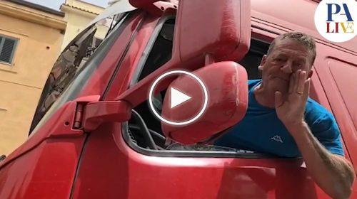 Palermo, furia degli automobilisti contro il Sindaco Orlando – VIDEO