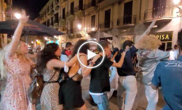 Palermo di notte: balli e divertimento ieri sera in via Maqueda – VIDEO