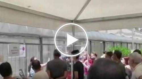 Caos al centro vaccinale Cto di Palermo: gente in fila per oltre due ore e assembramenti – VIDEO
