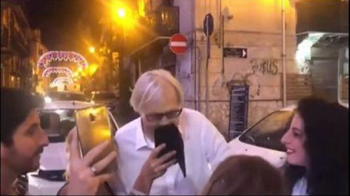 Tsunami d'affetto dei palermitani per Sgarbi tra capra e selfie – VIDEO