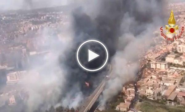 Incendi in Sicilia, brucia Catania: l'aeroporto sospende i voli – VIDEO