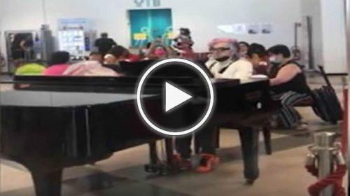 Palermo, Morgan show: suona Beethoven in aeroporto – VIDEO