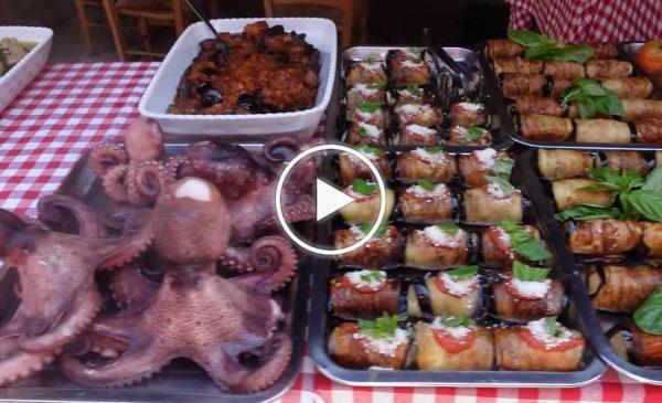 """""""Città stupenda"""", turisti impazziscono per Palermo e il suo cibo: """"Mai mangiato pesce così buono"""" – VIDEO"""