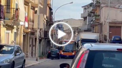 Palermo, auto in doppia fila e per percorrere pochi metri occorrono oltre 10 minuti – VIDEO