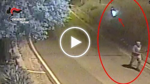 Appicca incendio e fugge ma ci sono le telecamere che lo incastrano, denunciato dai Carabinieri – IL VIDEO 🎥