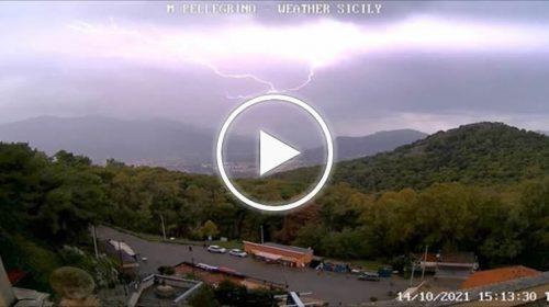 Palermo, spettacolare fulmine ripreso dalla webcam di Monte Pellegrino – VIDEO