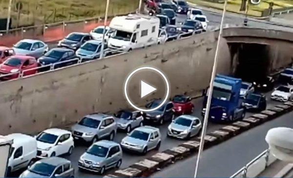 Palermo, traffico impazzito alla Cala: lo sfogo di una residente – VIDEO