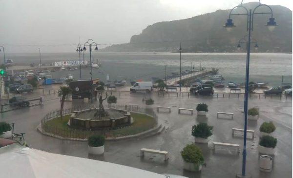 Nubifragio e forte temporale su Palermo, le immagini IN DIRETTA da Mondello – VIDEO