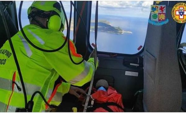 Si ferisce su uno scoglio durante lo sbarco, salvato dagli speleologi – VIDEO