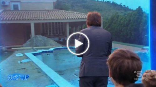 """GFVIP, Lo scherzo di Signorini a Giucas Casella in ansia per i lavori: """"Stanno demolendo la piscina della villa di Cefalù"""" – VIDEO"""