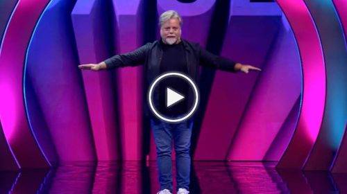 """""""L'aereo"""", l'esilarante sketch sui voli low cost di Ernesto Maria Ponte nel programma comico di Italia1 – VIDEO"""
